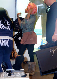 Ники Минаж, фото 142. Nicki Minaj and a friend out shopping in Beverly Hills 2-10-12, foto 142